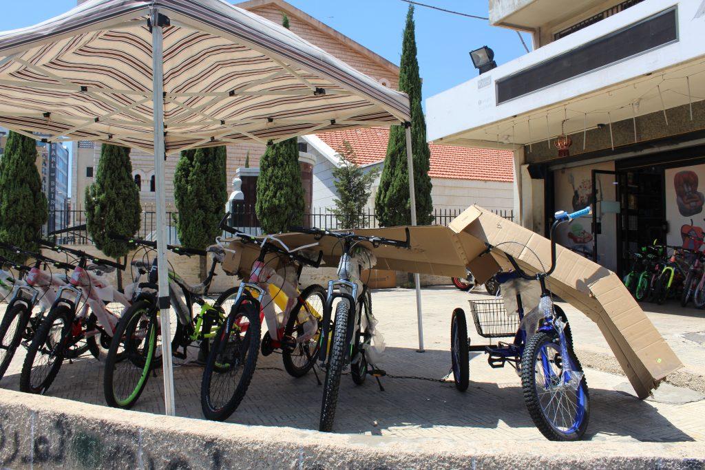 مؤسسة تجارية تعرض دراجات هوائية أمام المتجر